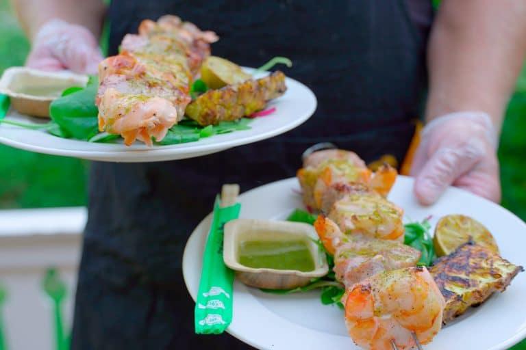 Kaksi lautasta, joissa grillatut merilohi-, tonnikala- ja jättikatkarapuvartaat.